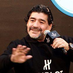 Maradona hablando durante un acto deportivo