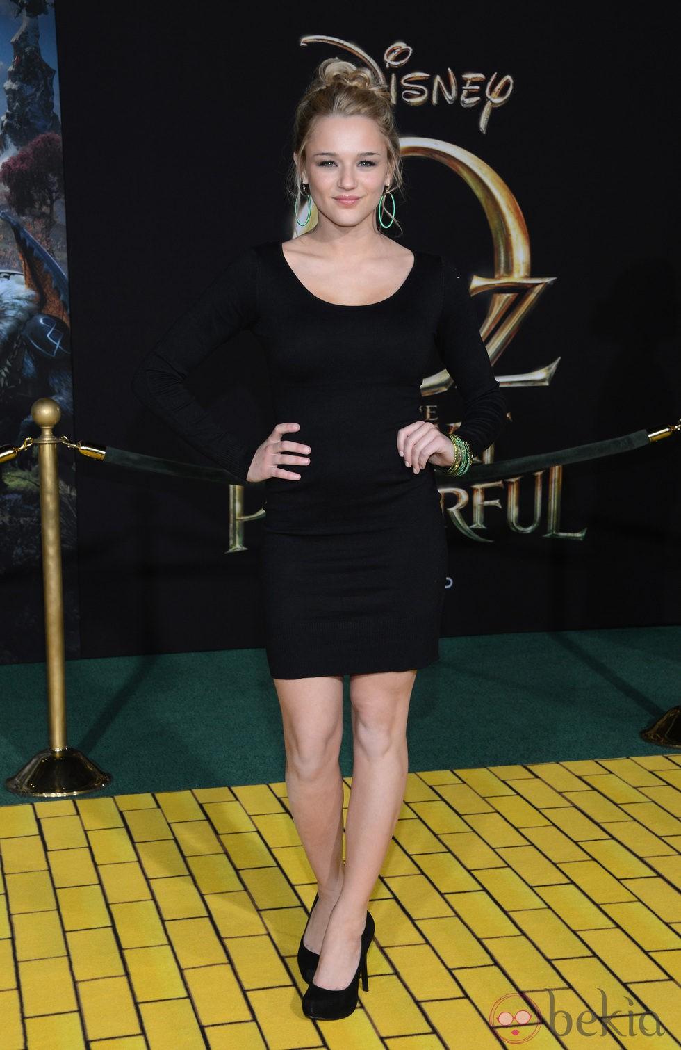 Hunter King en el estreno de 'Oz, un mundo de fantasía' en Los Ángeles'