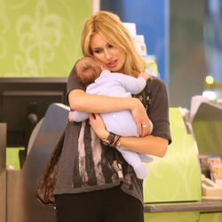 Carolina Cerezuela acuna a su hijo Carlos
