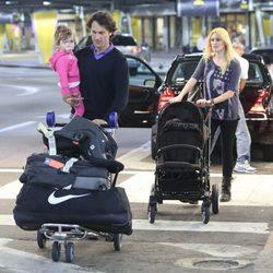 Carlos Moyá y Carolina Cerezuela con sus hijos y su equipaje en Miami