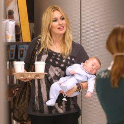 Carolina Cerezuela con su hijo Carlos en brazos en el aeropuerto