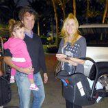 Carlos Moyá y Carolina Cerezuela con sus hijos