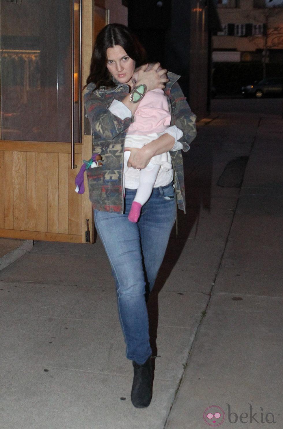 Drew Barrymore de paseo con su pequeña Olive
