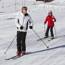Guillermo de Holanda esquiando con la Princesa Amalia en Austria