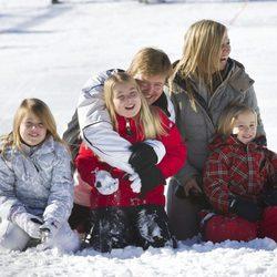 Guillermo y Máxima de Holanda y sus hijas juegan con la nieve en Austria