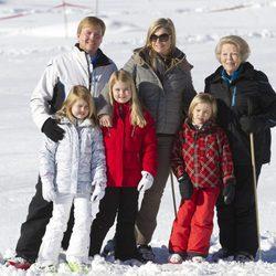 La Reina Beatriz con Guillermo y Máxima de Holanda y sus hijas en Austria