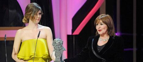 Concha Velasco recibe el Goya de Honor 2013 de manos de Manuela Velasco