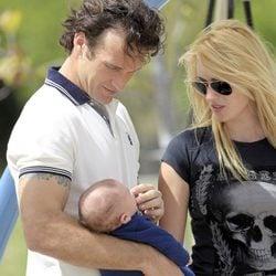 Carlos Moyá y Carolina Cerezuela, muy atentos a su hijo Carlos en Miami