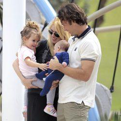 Carlos Moyá y Carolina Cerezuela con sus hijos Carla y Carlos en un parque de Miami