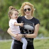 Carolina Cerezuela con su hija Carla en un parque de Miami