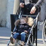 Harper Seven dando un paseo por las calles de París junto a su niñera