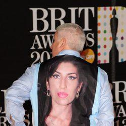 El padre de Amy Winehouse con una camiseta de su hija en la alfombra roja de los Brit Awards 2013