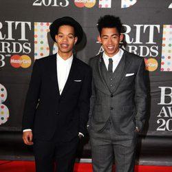 Rizzle Kicks en la alfombra roja de los Brit Awards 2013