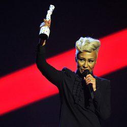 Emeli Sandé recoge su galardón en la gala de los Brit Awards 2013