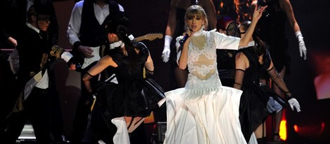 Taylor Swift actuando en la gala de los Brit Awards 2013