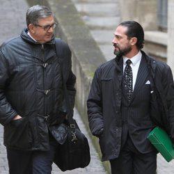 Carlos García Revenga junto a su abogado