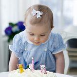 Estela de Suecia sopla las velas de la tarta de su primer cumpleaños