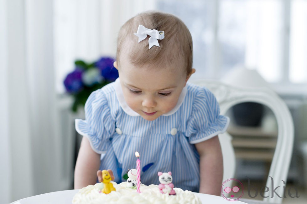 *** YO... sin más*** - Página 21 36611_estela-suecia-sopla-velas-tarta-primer-cumpleanos