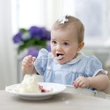 Estela de Suecia prueba la tarta de su primer cumpleaños