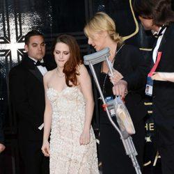 Kristen Stewart deja las muletas para posar en la alfombra roja de los Oscar 2013