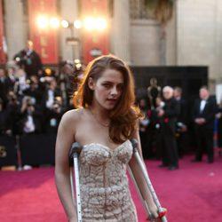 Kristen Stewart va con muletas a los Oscar 2013