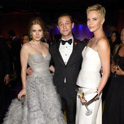 Amy Adams, Joseph Gordon-Levitt y Charlize Theron en la fiesta Governors Ball tras los Oscar 2013