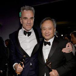 Daniel Day-Lewis y Ang Lee posando con sus Oscar 2013 en la fiesta Governors Ball