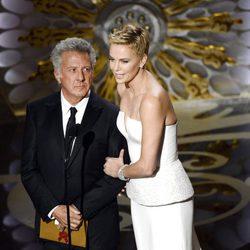 Dustin Hoffman y Charlize Theron en la gala de los Oscar 2013