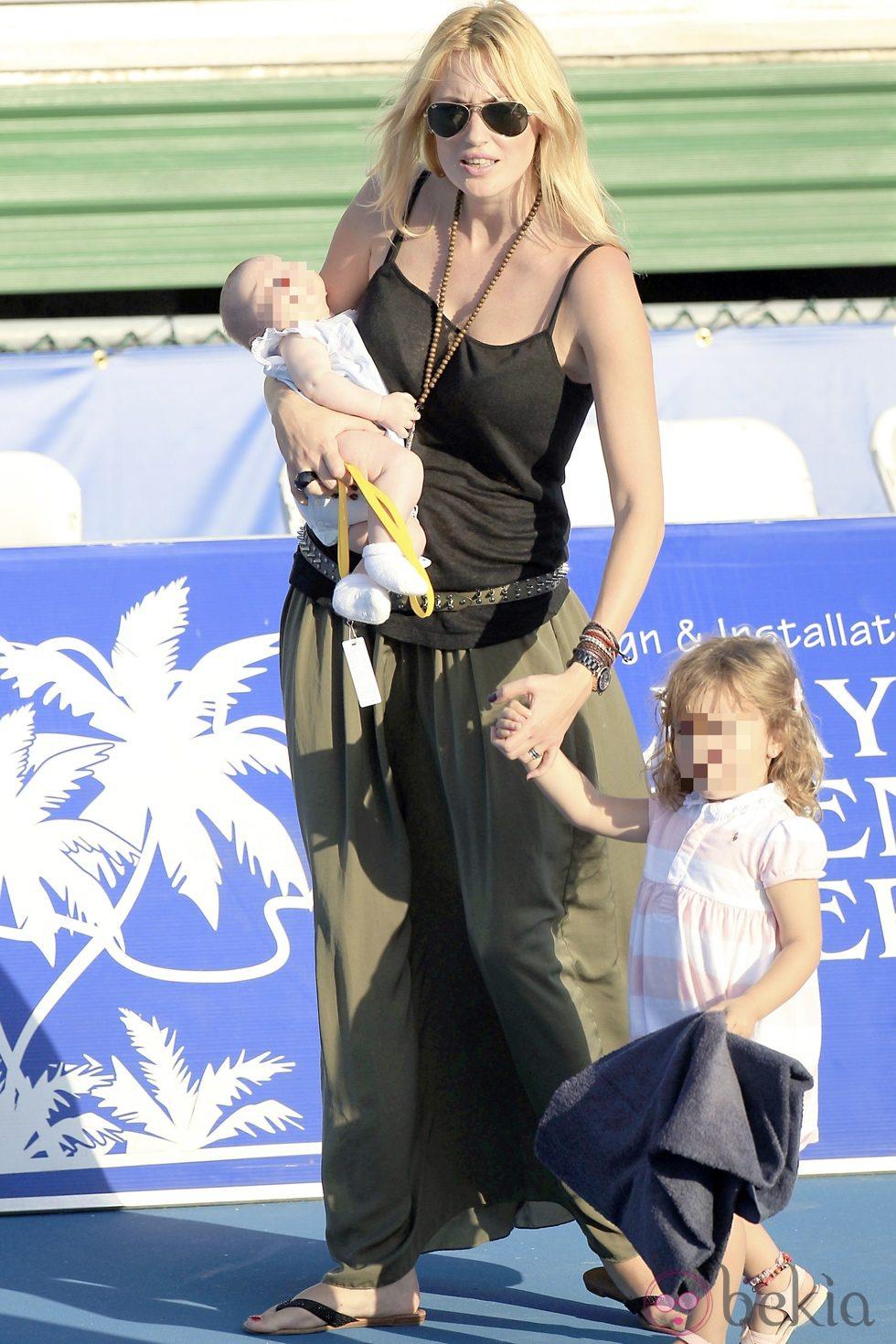 Carolina Cerezuela con sus hijos en el torneo de tenis de Delray Beach