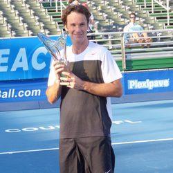 Carlos Moyá posa con su trofeo tras ganar el torneo de tenis de Delray Beach
