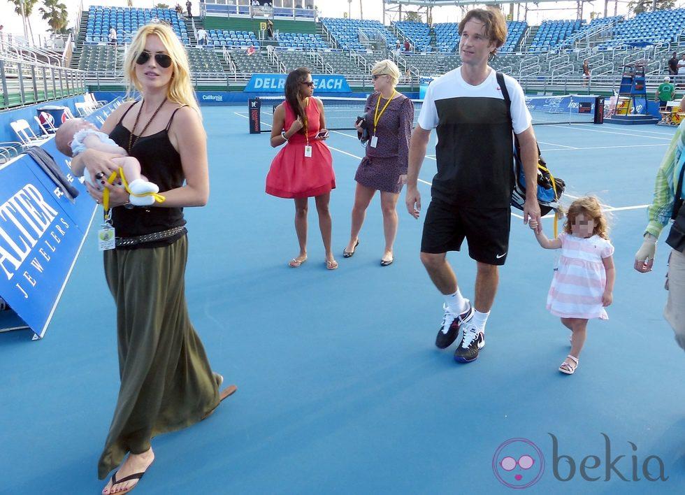 Carlos Moyá y Carolina Cerezuela con sus hijos tras el torneo de Delray Beach