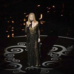 Barbra Streisand actuando en la ceremonia de los Oscar 2013