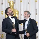 Ben Affleck y George Clooney con sus galardones en la ceremonia de los Oscar 2013