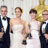 Daniel Day-Lewis, Jennifer Lawrence, Anne Hathaway y Christoph Waltz posando con sus Oscar 2013
