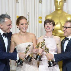 Los actores y actrices posan con sus galardones en los Oscar 2013