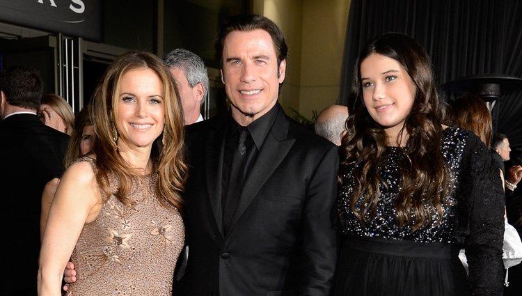 John Travolta y Kelly Preston con su hija en la fiesta Governors Ball tras los Oscar 2013