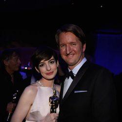 Anne Hathaway y Tom Hoopper en la fiesta Governors Ball tras los Oscar 2013