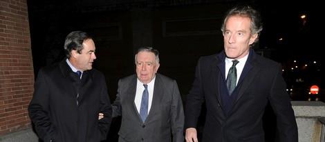 José Bono, Luis María Ansón y el Duque de Alba en el funeral de María Gamboa