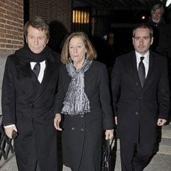 Raphael, Natalia Figueroa y Jacobo Martos en el funeral de María Gamboa Moreno