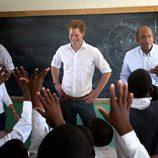 El Príncipe Harry en clase con unos niños en Lesotho