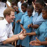 El Príncipe Harry saluda a unas niñas en Lesotho