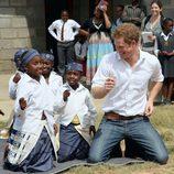 El Príncipe Harry baila con unas niñas en Lesotho