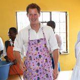 El Príncipe Harry con un mandil en Lesotho