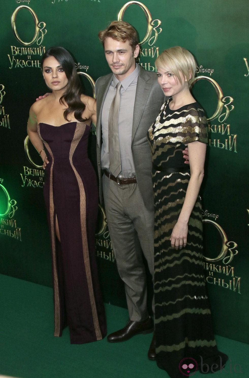 Mila Kunis, James Franco y Michelle Williams en el estreno de 'Oz, un mundo de fantasía' en Moscú