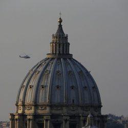 Helicóptero trasladando a Benedicto XVI desde el Vaticano hasta Castel Gandolfo