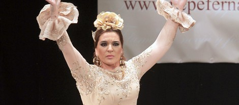 Raquel Bollo desfilando con la colección primavera/verno 2013 de Pepe Fernández