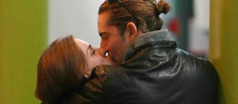 David Bisbal y Raquel Jiménez besándose en el aeropuerto de Londres