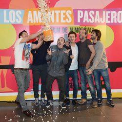 Miguel Ángel Silvestre tira palomitas a Javier Cámara, Carlos Areces, Raúl Arévalo, Willy Toledo y Hugo Silva en la presentación de 'Los amantes pasajeros'