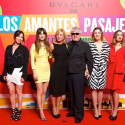 Lola Dueñas, Blanca Suárez, Cecilia Roth, Pedro Almodóvar, Pepa Charro y Laya Martí en el estreno de 'Los amantes pasajeros'