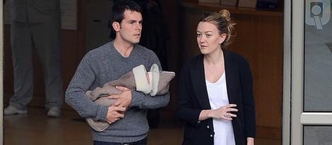 Sergio Álvarez y Marta Ortega salen de la clínica con su hijo Amancio